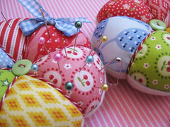 Nadelkissen / Pincushions (ellis & higgs) Tags: pink flowers blue red green rot leaves yellow diamonds stars cherries handmade sewing stripes rosa gelb fabric button pincushion grn blau bltter twine bakers blmchen streifen stoffe kirschen nhen handgemacht knopf rauten nadelkissen spoonflower