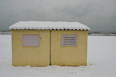 (mauspray) Tags: roof winter sea sky italy snow beach window water yellow nikon mare tetto general giallo cielo neve acqua inverno spiaggia abruzzo finestre montesilvano d300 cieloplumbeo zf2 distagont2825