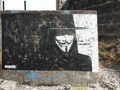 Street-Art Santa Cruz - Arte okupa [#02] (reinh_3008) Tags: santacruz streetart graffiti blackwhite guyfawkes 01 teneriffa vendetta sanandres artobject reinh3008 puntadelasorganos arteokupa