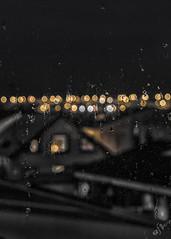 Viendo llover (Elsa Fdez) Tags: lluvia bokeh gotas nocturna cristal desaturacin