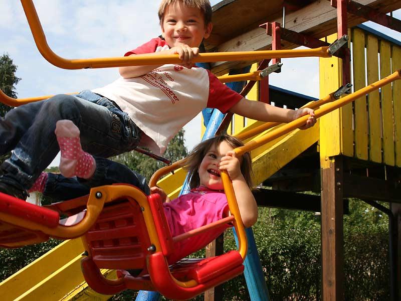 Ferienwohnungen Miehling - Kinder auf der Schaukel
