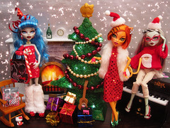 Rockin' Around The Christmas Tree (Mariko&Susie) Tags: christmas xmas decorations tree monster pine cat happy high fireplace holidays doll dolls zombie stripe frankie frankenstein mh stein mattel werecat yelps ghoulia marikosusie toralei