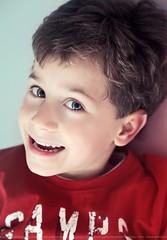 Joyful (Pablo  Ronald) Tags: blue light boy red portrait green luz smile azul studio happy kid rojo looking retrato joy moda happiness estudio ojos alegria sonrisa chico joyful stories mirada nio camiseta verdes tshrit canon5dmarkii fashionkid pabloronald alvarosantana
