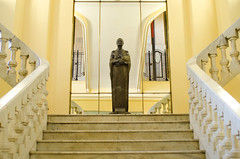 Casi simetra (perezandres) Tags: escalera estatua simetra crculodebellasartes