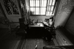 . (Da✞a) Tags: portrait blackandwhite bw wideangle contax 彰化 contaxg1 光影 g16 黑白照片 fujifilmneopan400 溪洲 contaxzeisshologon16mmf8t 成功旅社