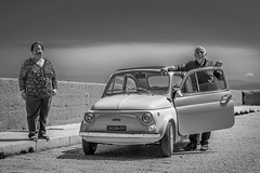 Sicile (Richard BIANCHI.) Tags: street bw monochrome nikon couple flickr fiat candid streetphotography contraste 500 tamron extrieur italie contrejour bianchi fiat500 noirblanc d800 sicile streetphotographie photographederue photographiedelarue streetmonochrome d800e bianchirichard