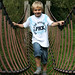 Kind auf der Seilbrücke