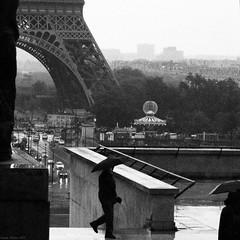 Eiffel aux parapluies (Hugues Mitton) Tags: paris olympuspenep3 toureiffel trocadéro parapluie pluie chaillot noiretblanc