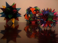Da esquerda para a direita: Kusudama Sea Urchin, Kusudama Arabesque e Kusudama Pluto (Ygor Albuquerque) Tags: sea pluto urchin seaurchin arabesque kusudama kusudamaseaurchin kusudamaarabesque kusudamapluto