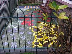 mozak in een voortuin (JosDay) Tags: fence tiles hek frontgarden tegels mozak irondetails