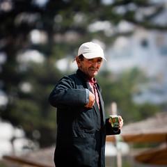 Cigarette ? (Guillaume Chanson) Tags: shadow portrait smile face canon bokeh cigarette ombre morocco maroc casquette sourire plage essaouira visage mogador vendeur amande canoneos450d assuwayrah cachute