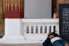 noon nap (hafual) Tags: city man sign fence bag relax asian temple gold golden town asia asien nap break sleep buddhism schild cap müde lie tired stadt wait rest mann column noon pause schlafen laos zaun lao luangprabang reise mittag tempel kappe warten worldtour liegen tüte säule buddhismus weltreise ausruhen nickerchen asiate louangphrabang triparoundtheworld vatxiengmene