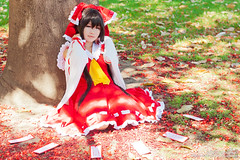 MelCosPho 10 - Touhou (rxl photographics) Tags: cosplay touhou reimu canonef50mmf18ii canoneos500d treasurygarden canonrebelt1i melcospho melcospho10