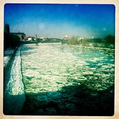 Bizarre Eis- und Schneelandschaft - Eis auf der Elbe, im Hintergrund der Dom
