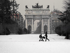 Milano on ice #2 (Parco Sempione - Arco della Pace) (angelocesare) Tags: park people italy parco white snow milan ice gelo italia gente milano persone neve icy bianco lombardia angeloamboldiphotos