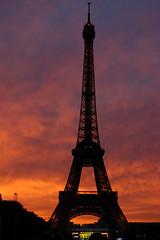 Le 14 Juillet (Zylenia) Tags: blue sunset sky orange paris france silhouette french picnic eiffeltower toureiffel bastille 14juillet piquenique