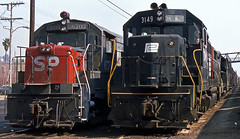 Taylor Yd Side-by-Side (GRNDMND) Tags: california losangeles trains southernpacific gp40 penncentral tayloryard u25b