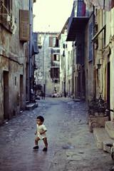 Premiers pas (Moser's Maroon) Tags: street france photo child scene kind frankrijk ruelle rue jrme hostellerie laturbie tafereel straatje mme philippecasimir