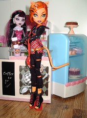 Monster High Cafe 5 (Elli_the_cat) Tags: monster cake high cafe doll barbie rement megahause monsterhigh draculaura toralei