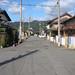 JR「宮野駅」→バス停「宮野駅前」 004 JR山口線「宮野駅前」の道。 バス停に行くには、駅前の道をまっすぐ、つきあたりの道路まで進んでください。