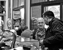 Els amics i el cafenet (ADRIANGV2009) Tags: byn valencia bar 50mm cafe nikon restaurante bin adrian kdd esmorzar desayuno juanjo pep almuerzo blancinegre d90 cafenet blancynegro adriangv2009 amicsdelacamera