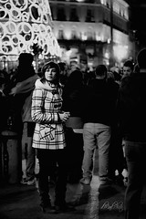Rodeada de gente, y en realidad sola. Pero brillando con luz propia... (dMad-Photo) Tags: madrid street city bw sol night portraits 50mm noche candid ciudad bn retratos nocturna madariaga robado robados mjdmg dmadphoto dmadphotogmailcom