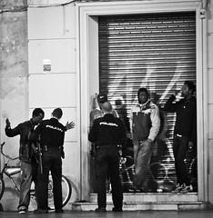 Rien sur moi je te jure (Monigote Valencia) Tags: africa plaza valencia canon graffiti noir negro pillar police bicicleta drugs ilegal mm madero virgen policia droga policeman trafico flicks registro 18200mm 600d trapicheo feuiller flique trapixeo