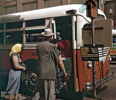 Bus stop in Houston 1956 (Stockholm Transport Museum Commons) Tags: bus houston busstop 1950s 1956 bussar 1950tal hllplatser