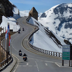 Classic scene of the Groglockner Hochalpenstrae (Bn) Tags: auto road park sun mountain snow alps salzburg classic tourism ice nature car geotagged austria oostenrijk back sterreich high topf50 heaven driving tour altitude famous curves bikes haus downhill cliffs harley glacier route riding alpine national massive toll harleydavidson motorcycle motor winding brochure davidson topf100 zigzag pleasure 48 hairpin bikers riders hohe highest kilometers gletsjer pasterze tauern motorists vtwins 100faves 50faves edelweisspitze fuscher grosglockner kaiserfranzjosefshhe trl hochalpenstrase grosglocknerhochalpenstrase naturschau 29eur geo:lon=12827284 geo:lat=47117296