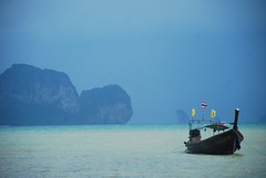 Rain is coming (* Lore) Tags: sea storm beach rain thailand mar lluvia ship playa tormenta krabi tonsai