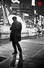 smoking () Tags: people nature rain weather japan night 35mm tokyo blackwhite asia asien leute time nacht natur shibuya culture location  sw nippon  geography   kodaktmax400 regen wetter  tokio  regenschirm     schirm    negativefilm schwarzweis timeofday  leitzminoltacl negativfilm  niederschlag   kbfilm