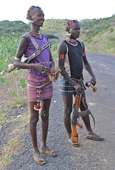 Bena Men on the Roadside (**El-Len**) Tags: africa bena beads gun who rifle jewelry tribal valley earrings ethiopia tribe ethnic bana omo banna eastafrica fav10 snnpr southernnationsnationalitiesandpeoplesregion hamerbena