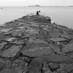 jetée: elle a vécu (Jean Christophe Rollet) Tags: sea mer brittany pierre bretagne mole bateau jetée finistère sailingboat stpoldeléon baiedemorlaix