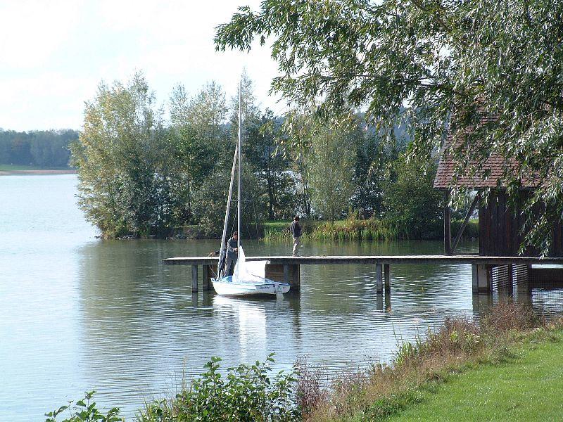 Ein Segelboot in idyllischer Landschaft