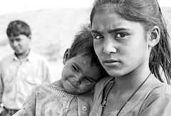 india (peo pea) Tags: portrait blackandwhite bw india smile bn sorriso ritratto jaipur bianconero tar rajasthan deserto vecchio rajsthan bambino espressivo