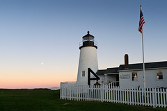Lighthouse Keeper's House at Dusk, Pemaquid Point, New Harbor, Maine (10418) (John Bald) Tags: moon lighthouse bristol faro rising bell dusk maine fullmoon phare pemaquid newharbor latarniamorska fyrtrn pemaquidpoint lichttoren lighthousekeeper lx5 muscongusbay fishermensmuseum