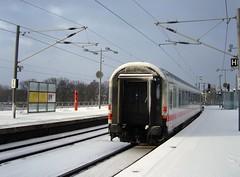 und tschss ... Winter am Hauptbahnhof (bayernernst) Tags: winter berlin rot deutschland eisenbahn zug bahnhof hauptbahnhof bahn kontrast 2012 februar bahnsteig berlinhauptbahnhof 09022012 snc13162