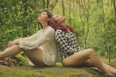 MUJERES (Xiomaracarvajalg) Tags: girls green outside 50mm women amor breath chicas feminism moment redhair curlyhair mujeres afuera conexion feminismo respirar