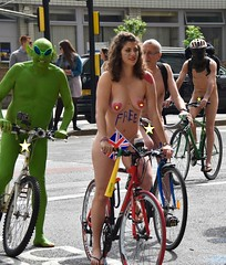 Free (Le monde d'aujourd'hui) Tags: world green london bike june naked ride protest eu envy vote greenman 2016 worldnakedbikeride wnbr brexit refenrndum