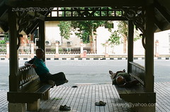 Friend (C.A.Zulkifle) Tags: street film 50mm friend kodak f14 streetphotography photographers olympus mc 400 soul malaysia sit autos masters zuiko smelly kota journalist kotabharu plastics photojournalist kelantan bharu om1n pengkalanchepa analouge colorplus wakaf zukayo cazulkifle malaysianphotojournalist zulkiflecheabdullah