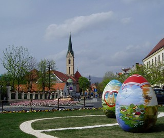 Zagreb, divovska uskršnja jaja ispred katedrale- Zagreb, giant Easter eggs in front of the cathedral