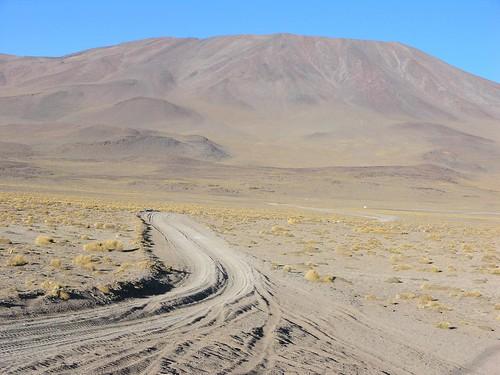 Camino entre Stone tree y Laguna Colorada, al sur del Salar de Uyuni, Departamento de Potosí, Bolivia