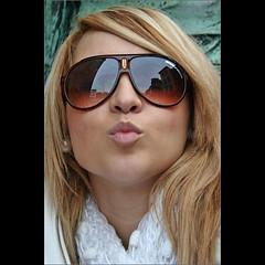 Spanish cracker (Frank van de Loo) Tags: portrait woman sunglasses donna mujer kiss retrato femme streetportrait shades blond frau portret ritratto vrouw sonnenbrille fru kus esposa lunettesdesoleil moglie zonnebril femal portrtt gafasdesol culosescuros bildnis straatportret hustru img97371 pleasenonotesonmypictures