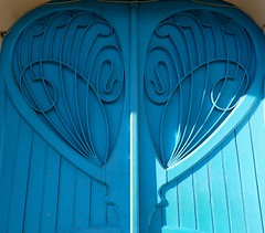 Tarbes, Hautes-Pyrénées: avenue Bertrand Barère, le coeur bleu. (Marie-Hélène Cingal) Tags: door blue france puerta iron heart wroughtiron coeur bleu porta porte portal tür picnik 65 fer ferro hierro sudouest midipyrénées tarbes hautespyrénées ferforgé bigorre detalhesemferro twozweideuxduedva2