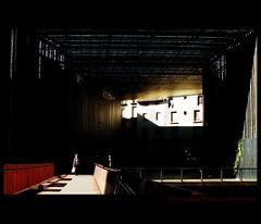 Plaza-puente de Ripoll, Girona. (Ana Lpez Heredia) Tags: espaa luz ro contraluz puente teatro rojo shadows sombra color