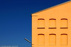 EINSAME LAMPE (rolleckphotographie) Tags: sky urban lamp architecture facade lampe colorful sony himmel minimal simplicity architektur minimalism dsseldorf fassade slta65v rolleckphotographie stefanrollar
