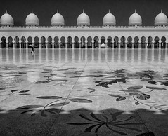 walking (stefan.lafontaine) Tags: blackandwhite white black blancoynegro blanco monochrome noir y negro uae grand mosque zayed abu dhabi schwarzweiss et weiss blanc schwarz vae blancetnoir skancheli