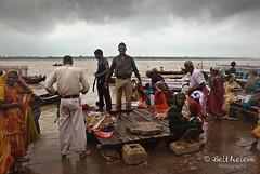 Peregrinación a Kashi (belthelem) Tags: india río river nikon asia varanasi kashi ganga ganges benares luminosa d80 benarés hindúes