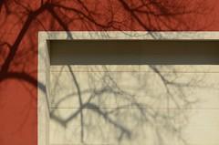 Kevadine vari (anuwintschalek) Tags: shadow red sun sunlight white detail tree rot facade austria march spring 85mm puu sonne weiss schatten baum niedersterreich 2012 fassade frhling garagedoor pike kevad vari wienerneustadt micronikkor sonnenlicht valge punane d7k garagentr fassaad kevadpike nikond7000 garaaiuks