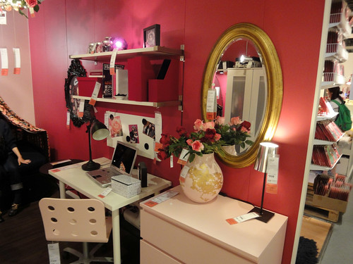 ちょっとガーリーなイケアの家具で作ったデスク周りと題した写真